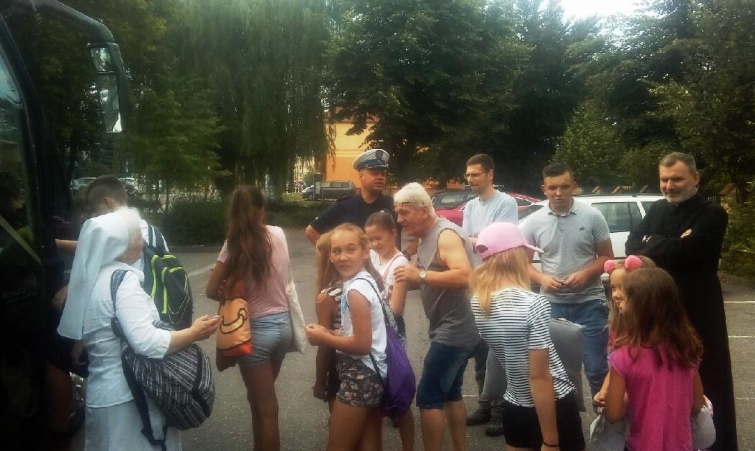 Dzieci wsiadają do busa